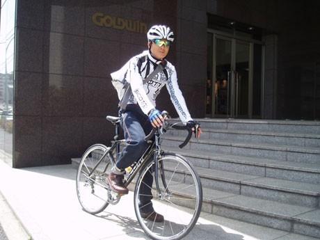「自転車通勤」を社内制度化したゴールドウイン本社と自転車通勤をする社員