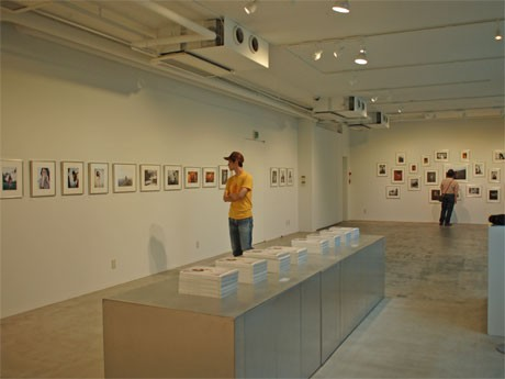 写真集「KARTE」から51点の作品を展示するギャラリー スピーク フォー