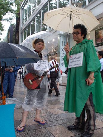 一番乗りで「iPhone4」購入を目指す高橋登也さん(画面右)と酒井りゅうのすけさん(画面左)