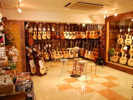 ヨーロッパ・ブランドのアコースティックギターを中心にそろえる「ドルフィンギターズ」の店内