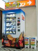 渋谷に「バナナ自販機」-ドールが国内初設置、傷つけない工夫も