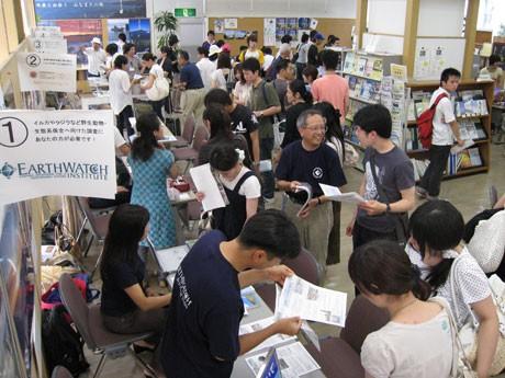 2008年の様子。各ブースではパンフレットなどを手に来場者に活動内容などを話す