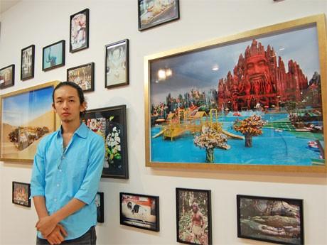 写真家、佐藤健寿さんが撮り下ろしたオカルト・スポット写真展「新・奇界遺産」会場
