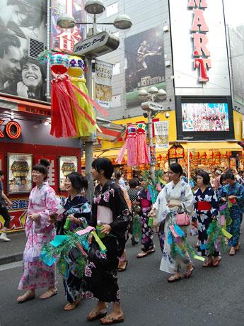 七夕の飾り付けがされたセンター街を浴衣姿の女子大生らが練り歩いた