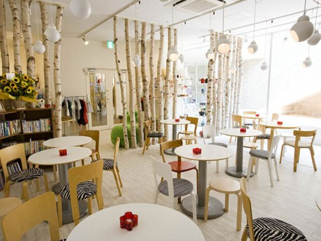 フィンランドの建築家が手がけたいすやテーブルなどを置く「フィンランドカフェ」の店内