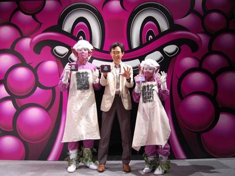 「ハイチュウ ホラーハウス」のプロデュースを五味弘文さん(中央)と来場者を待ち受けるお化け「デビル・グレープ」