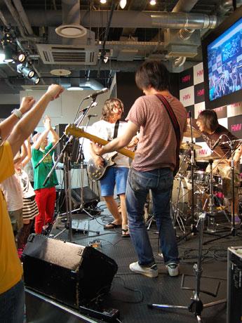 カウントダウン企画がめじろ押しの「HMV渋谷」。写真=「HMV渋谷 おつかれサマーフェス」でトップバッターを務めた曽我部恵一BAND