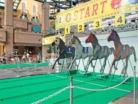 スタートゲートに控える4台の電動「馬」