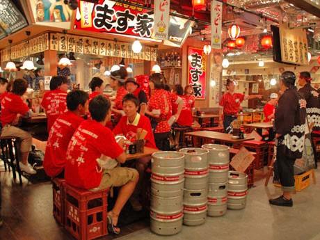 オープン当日、渋谷駅周辺で配布した赤いTシャツを着用した「草食系男子」に無料で料理を提供した