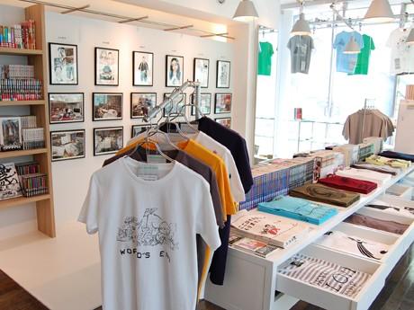 30周年記念Tシャツのほか、原画や単行本などが並ぶ代官山店の様子