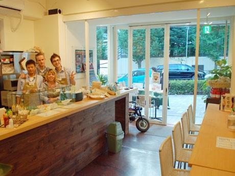 ベトナムサンドイッチ専門店「Pacific Sandwich Place」。店長の渡辺青矢さん(左)のほか、国籍の異なるアルバイトスタッフが働く