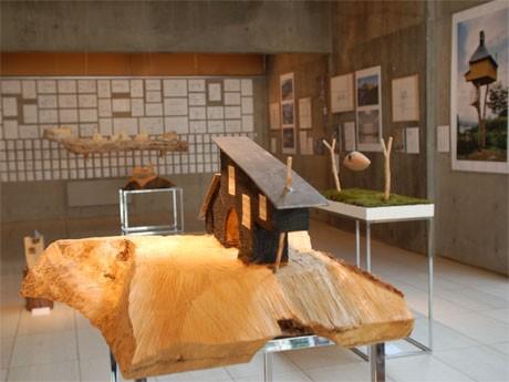 焼杉の外壁が特徴の藤森照信さん設計「コールハウス」模型