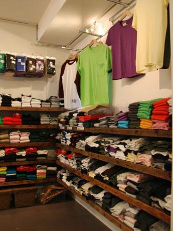 無地Tシャツ専門店「Tshirt.co.jp shop」の店内。Tシャツを中心に国内外の約20ブランドをそろえる