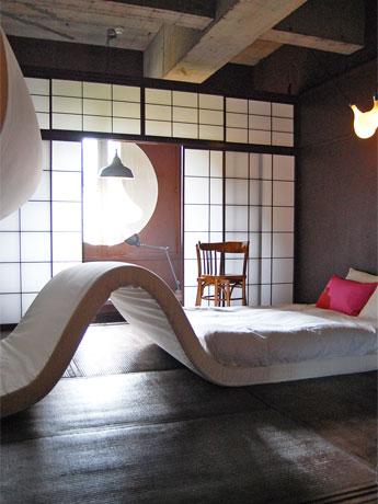 ピーケ・バーグマンスさんがデザインした308号室「愛の中に」。ベッド、照明、いす、歯ブラシなどが「絡まり合う」