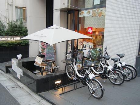 「cogicogi」サービスのエリア内にある飲食店や商業施設などに設置したポート(写真=渋谷グランベルホテル前)