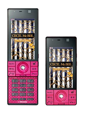 「セシルマクビー」ケータイ(写真=イメージ)は黒とピンクのドット柄「小悪魔 PINK」