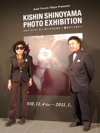 篠山紀信さんが撮影したジョン・レノンさんとオノ・ヨーコさんの写真が展示される。写真=レセプションパーティーに登場したオノさん(左)と篠山さん(右)