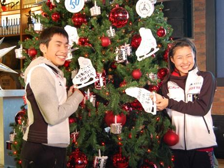 記者会見に参加した織田信成選手(左)と村上佳菜子選手(左)