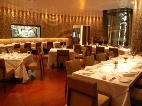 南青山「ピエール・ガニェール」跡にオープンしたフレンチレストラン「MOSAIQUE」のメーンダイニング