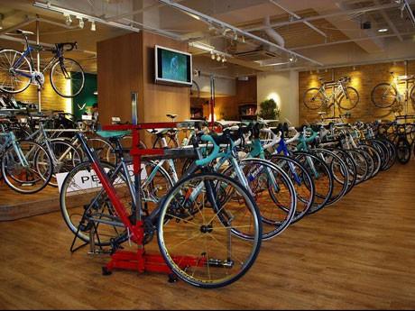 自転車のセレクトショップ「VELO & Oxygen AOYAMA」(写真=店内)では「ビアンキ」など欧州ブランドをそろえる