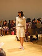 代官山で「白衣」のファッションショー、「Aライン」「短パン」などスタイル多彩に