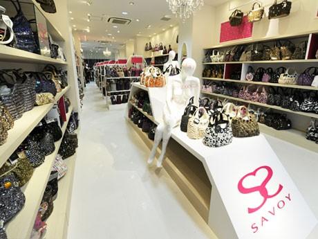 ファストバッグブランド「SAVOY表参道本店」では2,000円~5,000円のバッグを1000点以上そろえる