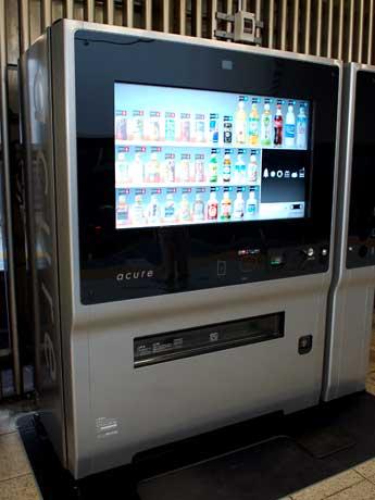 タッチパネルディスプレーを備えた「次世代自販機」は利用客の年齢や性別などに合わせ「おすすめ」商品を提案する