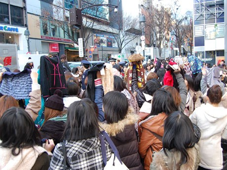 SHIBUYA109の「初売り」には若い女性をはじめ多くの買い物客が殺到。エントランス付近では購入した商品をその場で「交換」し合う「福袋交換会」も