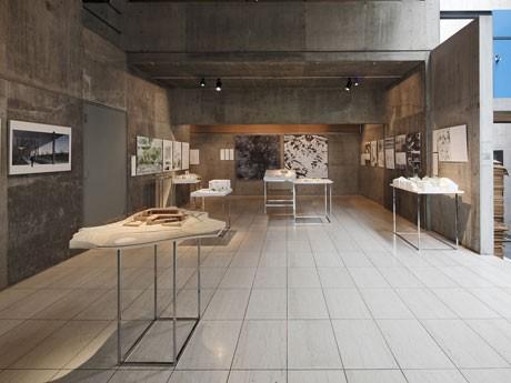 安藤忠雄さんや磯崎新さん、SANAAなど日本を代表する建築家が手がける「最新」プロジェクトの模型やドローインが並ぶ場内© GA photographers