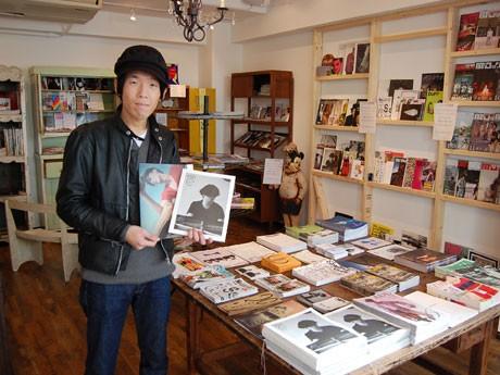アートや音楽、ファッションなど幅広いジャンルのフリーペーパーをそろえる「Only Free Paper」(写真はオーナーの石崎孝多さん)