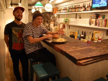 中目黒から移転した「ウーピーゴールドバーガー」。写真は、共同オーナーの上嶋祥吾さん(左)と九嶋太二さん(右)