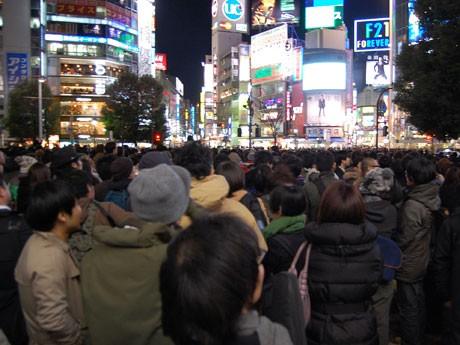 「ハチ公広場 金曜日 18時59分」-レディオヘッドのツイートで渋谷騒然