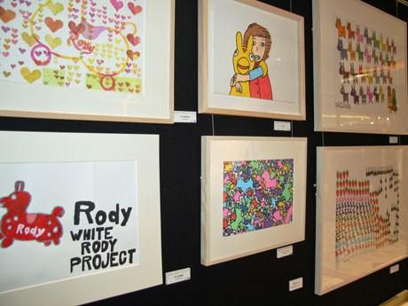 「真っ白な心でアートを」をテーマに障害のあるアーティストたちがロディを描いた作品が並ぶ