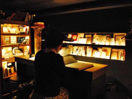 さまざまなテーマの本棚で本を展示するほか、本に登場するドリンクやフードも提供(写真=前回の様子)