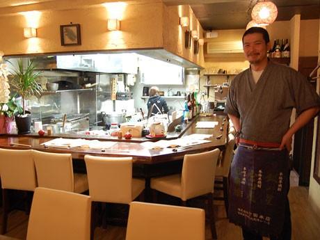 「じどっこ」や魚介類など地元の食材を使った宮崎料理を提供。写真は店主の西衛伸太郎さん