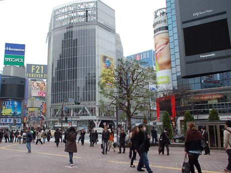 節電のため大型ビジョンが上映をやめ、通常にない静けさに包まれた渋谷ハチ公前交差点
