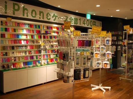 2,000種以上を取りそろえるiPhoneカバーは、チョコレート柄などが人気