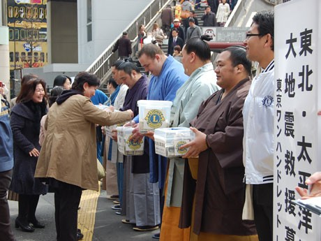 大関・把瑠都、日馬富士ら力士が募金を呼びかけた