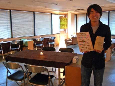 ビルの倉庫にあったテーブルや椅子などを使う店内。写真はメンバーの一人ハルさん