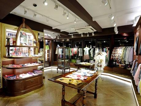 ブレザーやシャツ、スカート、バッグなど制服アイテムを中心にそろえる店内