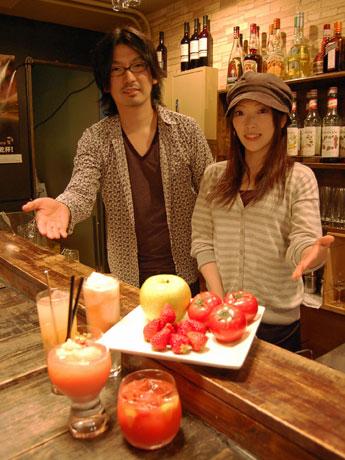 茨城県や福島県など被災地の食材を使ったカクテルを提供。写真はマネジャーの友井靖幸さん(左)とバーテンダーの吉田弘子さん(右)