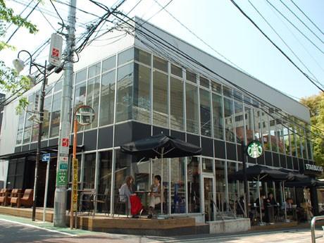 新ロゴの看板を掲出する「スターバックスコーヒー 表参道B-SIDE店」の外観