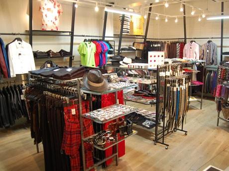 オリジナルレザージャケットやスタッズ付き小物、バンドのTシャツなどを集積する店内