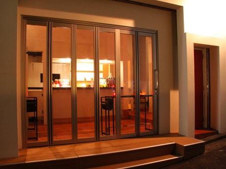 1階立ち飲みフロアには約40人を収容可能なほか、2階にはVIP席としてソファ席8席も用意する