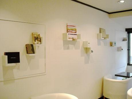 カフェの壁面や本棚の上などに各作品を展示している