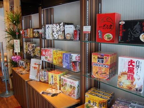 「名店伝説シリーズ」各商品が並ぶ店内。各商品は販売も行う