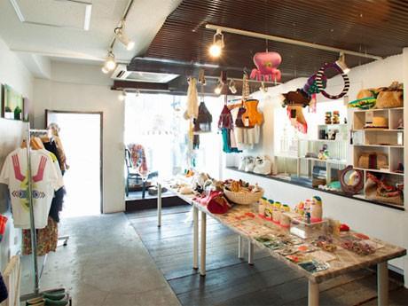 店内には「Splash(スプラッシュ)」をテーマに、海や夏を感じさせる商品を集積する。PHOTO 川瀬一絵(ゆかい)