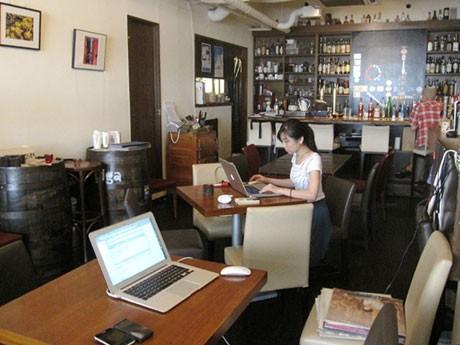 無線LAN、電源を完備した店内にはミーティングスーペースなども用意する