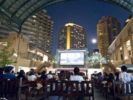 300インチの大型スクリーンを設置した屋外会場で映画を上映する(写真=昨年の様子)