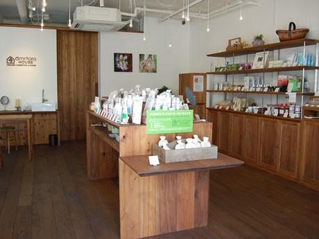 しっくいの壁にオールオーダーメードの九州産自然乾燥杉の什器を使用するなどした店内